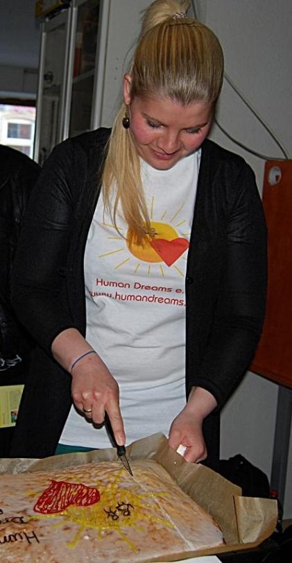 Anschneiden vom Human Dreams Kuchen