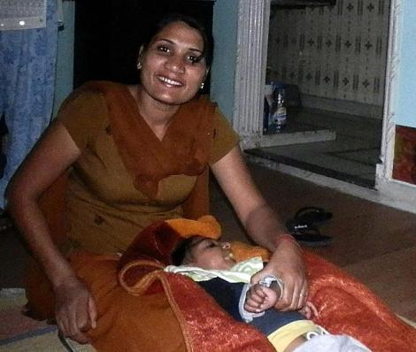Pflegerin Geeta mit little Kamal