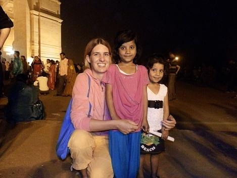 Nicky mit fremden Kids - Foto für Familienalbum der  Indischen Familie