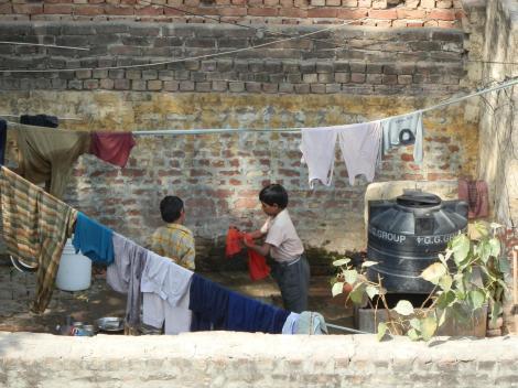 Nachbarskinder bei der Hausarbeit