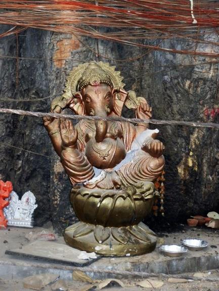 Gott Ganesh unter dem großen Baum