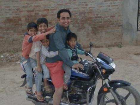 Indische Familie unterwegs