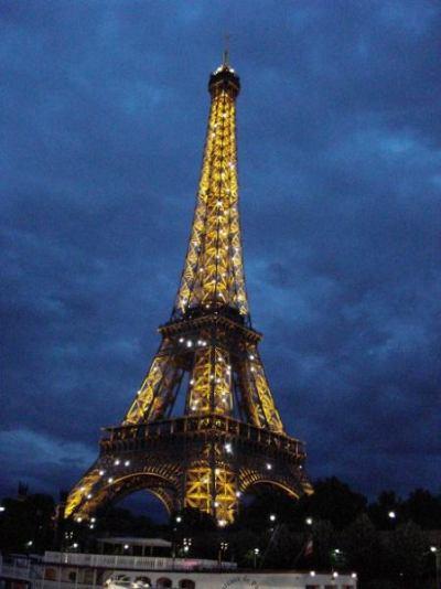 Eiffelturm im Glitzermantel