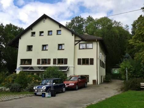 Naturfreundehaus Himmelreich, davor der 18 Jahre alte Mini aus dem Sternendiebe-Buch
