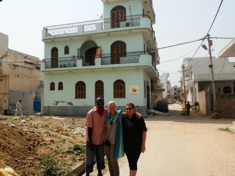 Wir stehen tatsächlich vorm Haus von Human Dreams India