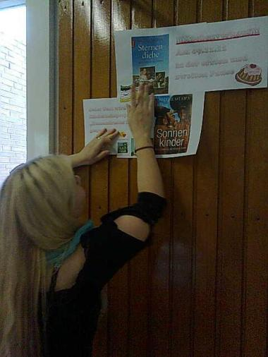 beim verteilen der Plakate für die Lesung an der Berufsschule in Neumünster