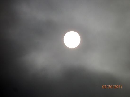 Die Sonne am dunklen Himmel kurz vor der Sonnenfinsternis