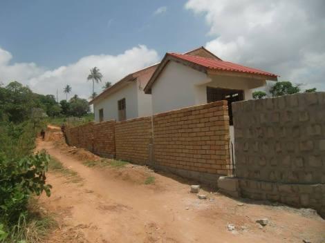 Teil der Grundstücksmauer ums Kinderdorf Foto: Nicole Mtawa