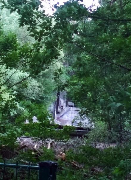 Reste der verfallenen Wildwasserbahn
