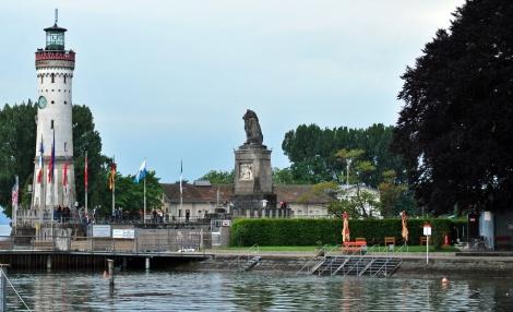 Hafeneinfahrt - Der Bayrische Löwe und der Leuchtturm.