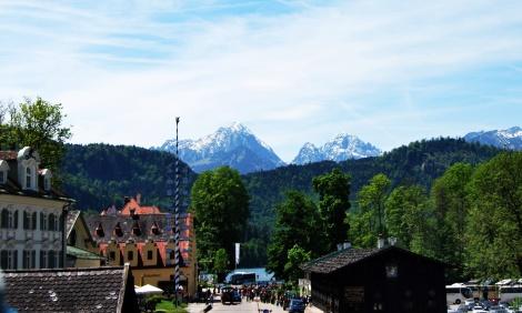 Hübsches Schwangau mit den Bergen im Hintergrund